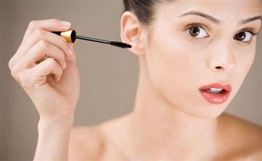 德研究团队开发出天然物质的睫毛增长精华液