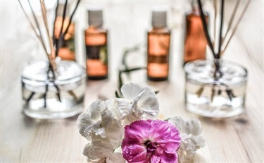 对香水来说 人工合成成分一定比天然成分劣质么?