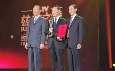 """隆力奇董事长徐之伟荣获第三届""""CCTV慈善人物"""""""