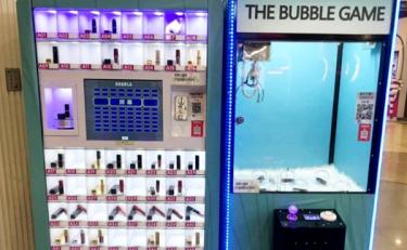 红级一时的抓娃娃机有了新对手:9.9元口红贩卖机