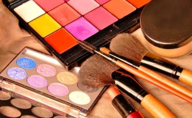 """疫情下的化妆品行业,整""""妆""""待发"""