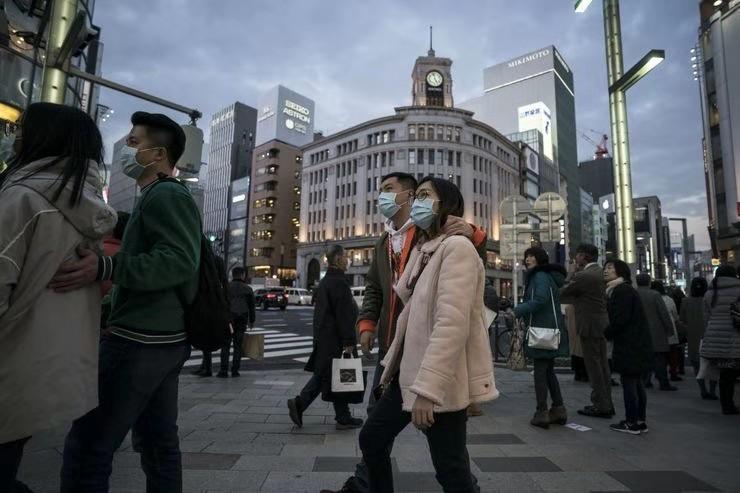 △日本商业区戴口罩的行人们