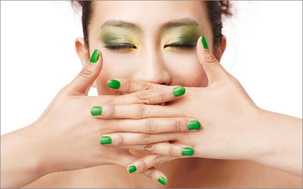人类的历史可以说也是一部女性的妆容演变史。那些曾经流行一时的趋势在当今看来可能有点雷,当然了,要是我们的祖先看到现代人的这幅尊容,估计也会吓得很乐意再躺回坟墓里去。小编就替大伙盘点了女性妆容的变迁史: 古埃及(3150 - 31 BC)  眼睛:眼线,常用绿色或蓝色眼影 嘴唇:流行的唇色包括橙色、红色、深蓝色和品红色 头发:辫发, 以勾勒面部轮廓 古埃及妇女用化妆墨描眼影,这是一种用烟尘、金属和油脂制成的物质,被认为有助于防止眼睛失明,医生们带着它四处走动。绿色和蓝色眼影是用天然孔雀石制成的。口红在古埃及