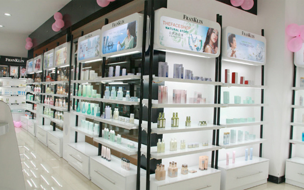 从行业性质上来看,化妆品店首先是零售行业的一个分支,其次还具有服务行业的特性。这就决定了化妆品店的陈列既要符合零售卖场的特点,又要便于更好地为顾客服务。结合工作经验,我总结出了14大陈列原则,供同行参考。  1、醒目易见原则 商品陈列要让消费看清楚商品并引起注意,才能激起消费者冲动性的购买欲望。所以要求商品陈列要醒目,展示面要适当放大,力求生动美观。所有陈列在货架上的产品,标签必须统一将中文商标正面朝向消费者,横向纵向均不能夹杂其他品牌产品,力求整齐划一,美观醒目。 2、丰满原则 中国有句古话叫货卖堆山