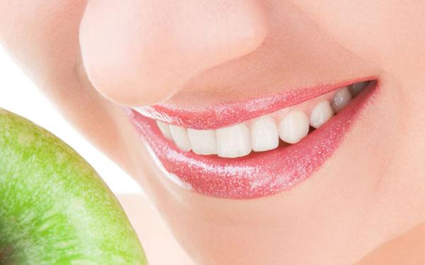"""""""很多人以为,健康的牙齿应该是纯白色的,就像牙膏广告中模特的牙齿一"""