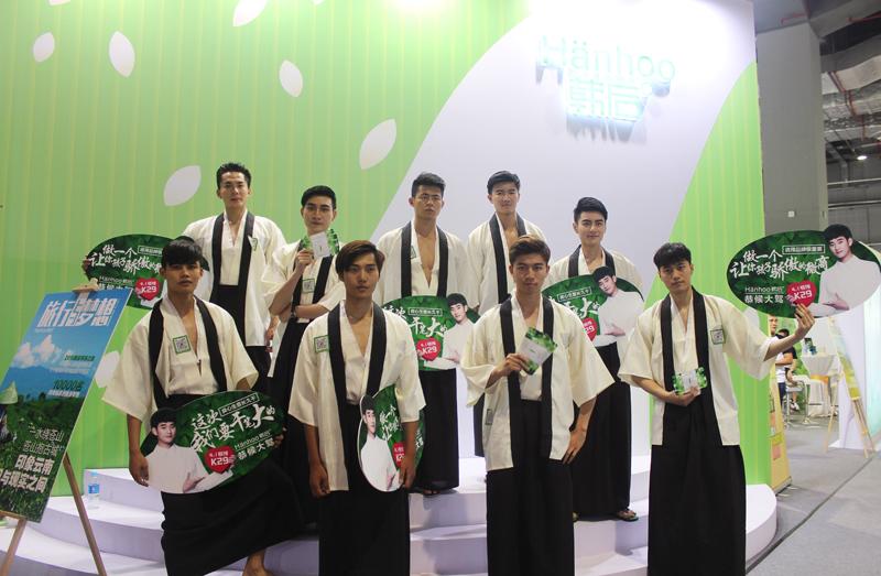 """韩后历来被称为营销高手,这一次走的也是""""男色""""路线。一批日本和服装扮的清秀帅哥,在各个场馆内走街串巷,吸睛率恐怕得高达100%了。"""