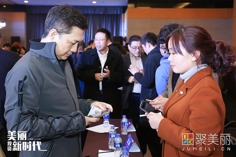 图为亚缇集团董事长刘晓坤与参会人员进行沟通。